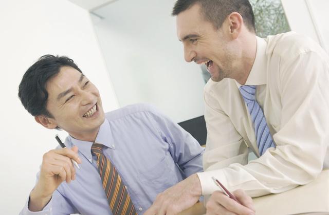 外国人と話す日本人