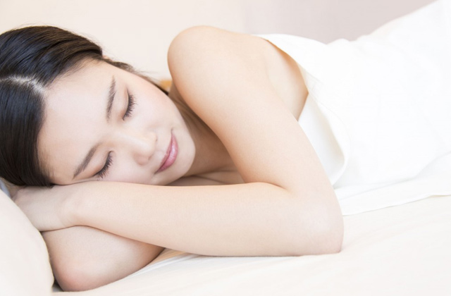 熟睡している女性