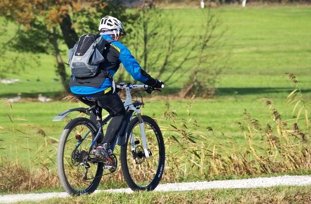 自転車に乗る服装とグッズ
