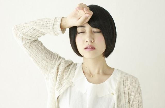 めまいや頭痛がする女性