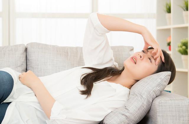 熱中症で倒れ込む女性