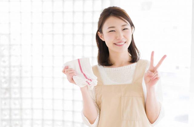 計画的に大掃除をすすめる女性