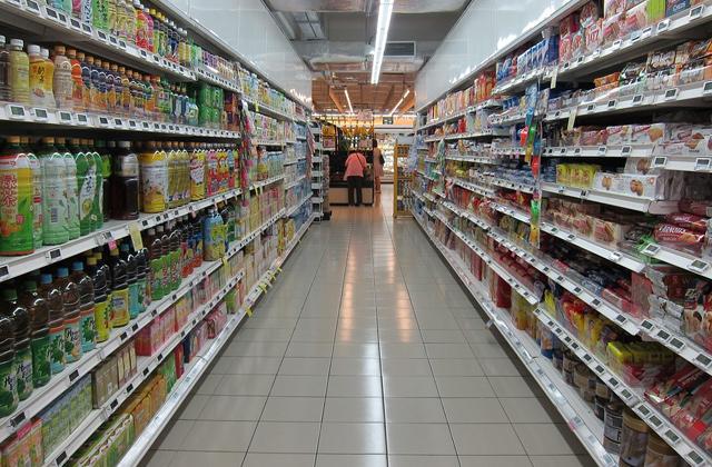 スーパーに並ぶ食品