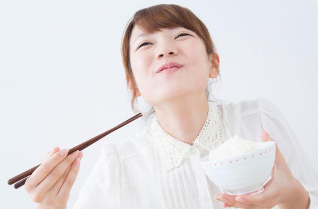 ご飯をよく噛んで食べる女性