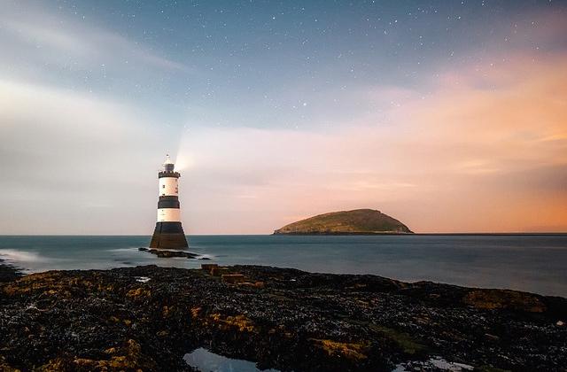 海と灯台と空