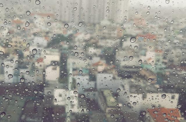 梅雨の時期の町並み